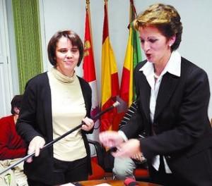 María del Carmen sujeta el bastón de mando